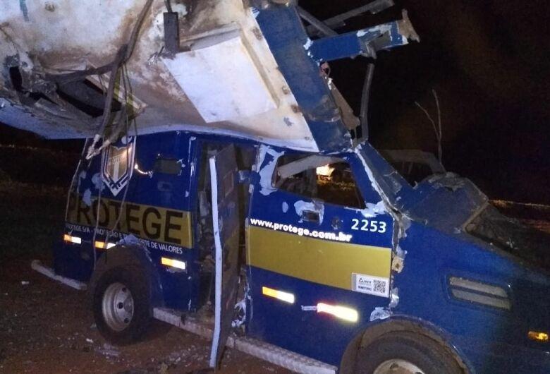 Armados de fuzis, criminosos explodem carro forte na região