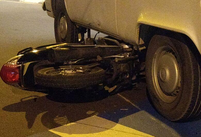 Moto vai parar embaixo de Kombi após colisão na Vila Prado