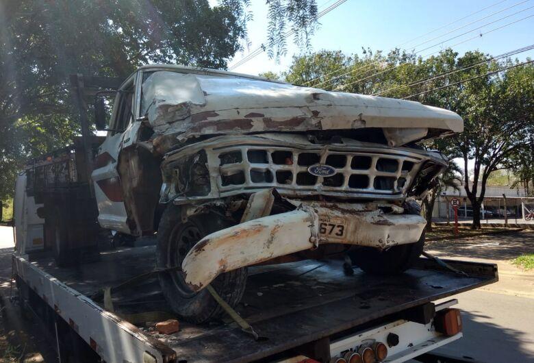 F1000 colide em muro e carro na Vila Prado