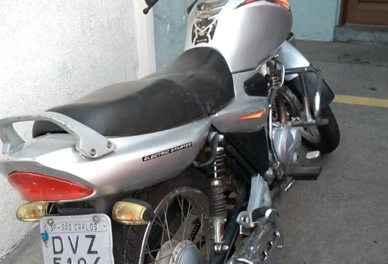 Adolescentes são flagrados com moto furtada