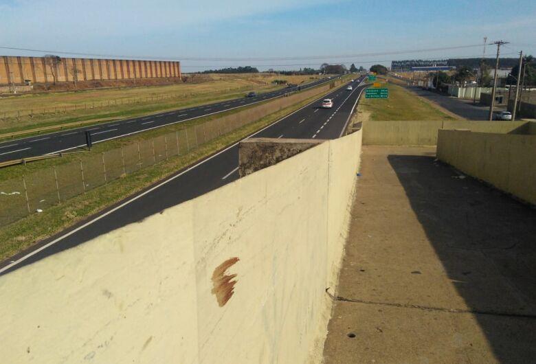 Jovem morre depois de ser encontrado ferido em passarela na Washington Luiz