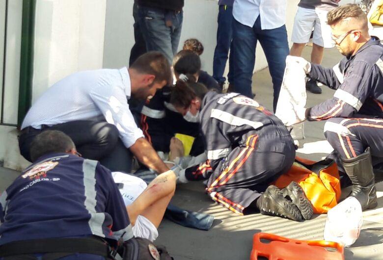 Motociclista é socorrida com suspeita de fratura na perna após colisão traseira