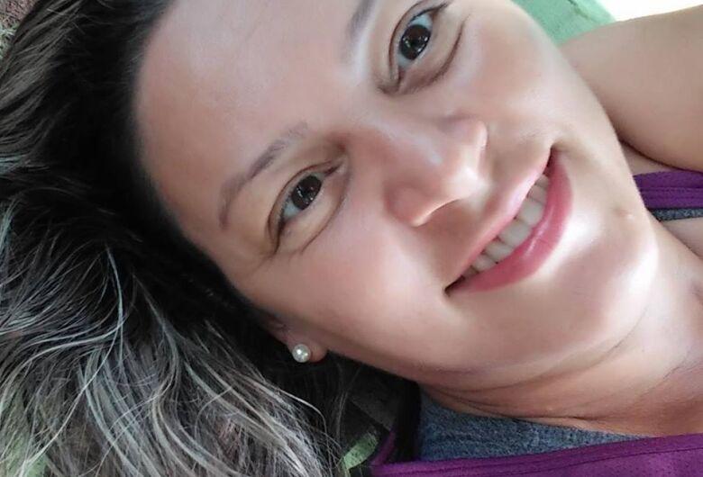 Familiares e amigos prestam últimas homenagens a mulher morta em acidente