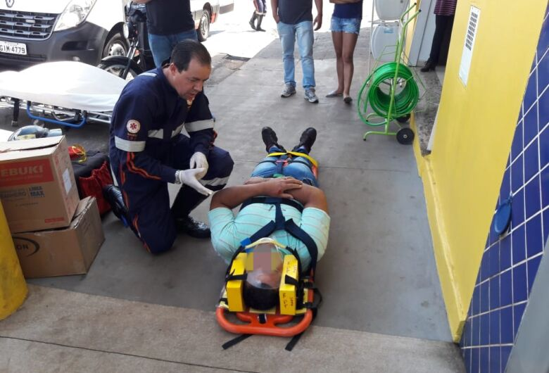 Motoboy leva a pior em colisão na Avenida São Carlos