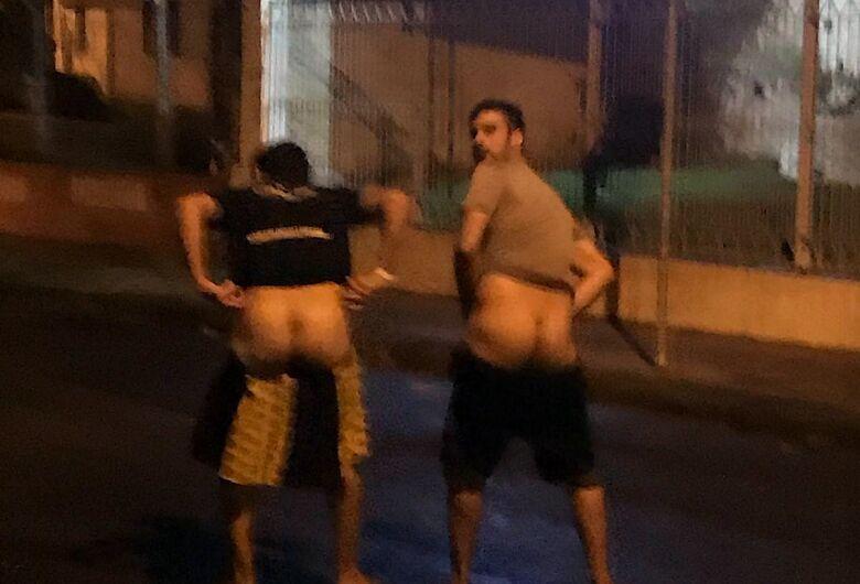 Jovens são flagrados fazendo gestos obscenos no meio da rua