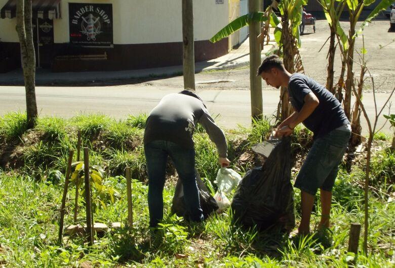 Moradores recolhem 26 sacos de lixo às margens do Córrego Gregório