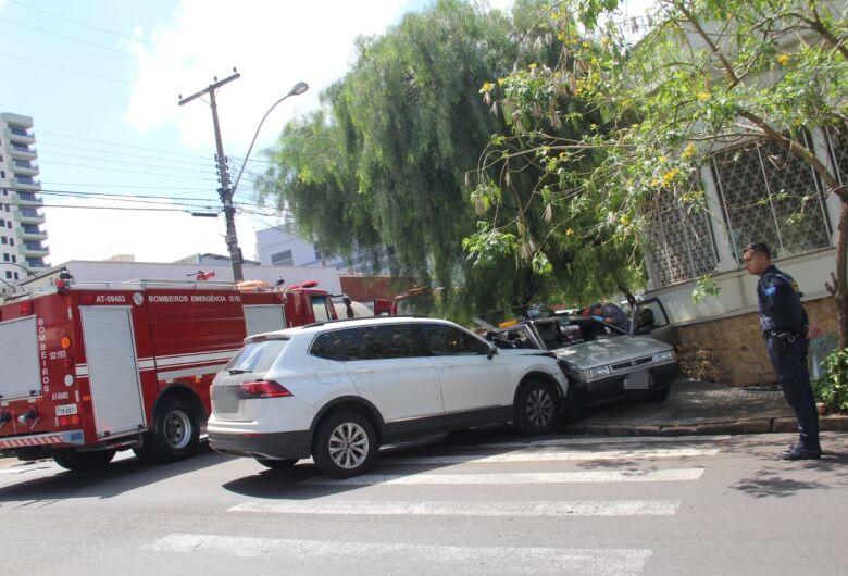 Após colisão, gestante fica presa dentro de carro no centro