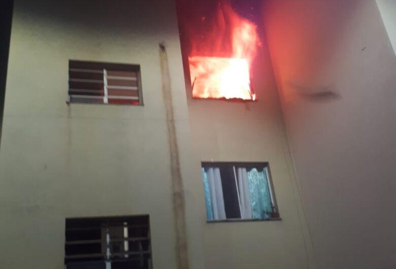 Após discutir com esposa, homem se tranca e ateia fogo em apartamento