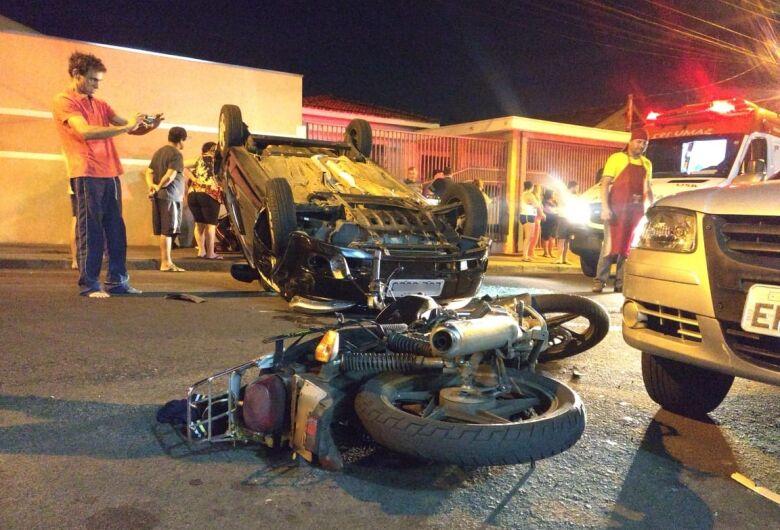 Ao sair do trabalho, motorista provoca colisão e capota carro