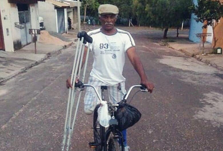 Com perna amputada, catador de recicláveis pedala 15km por dia para sustentar família
