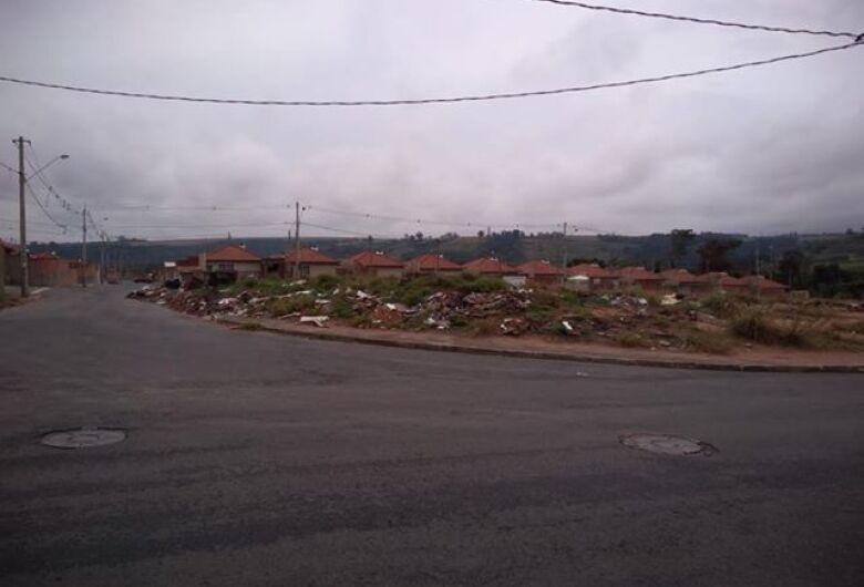 Apesar das denúncias, lixo permanece em terrenos abandonados no Eduardo Abdelnur