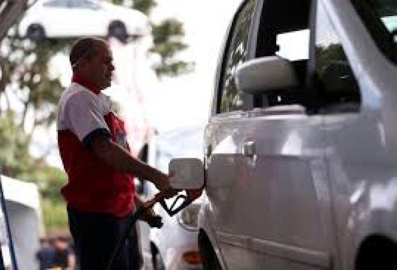 Petrobras eleva gasolina em 2 centavos; diesel permanece inalterado