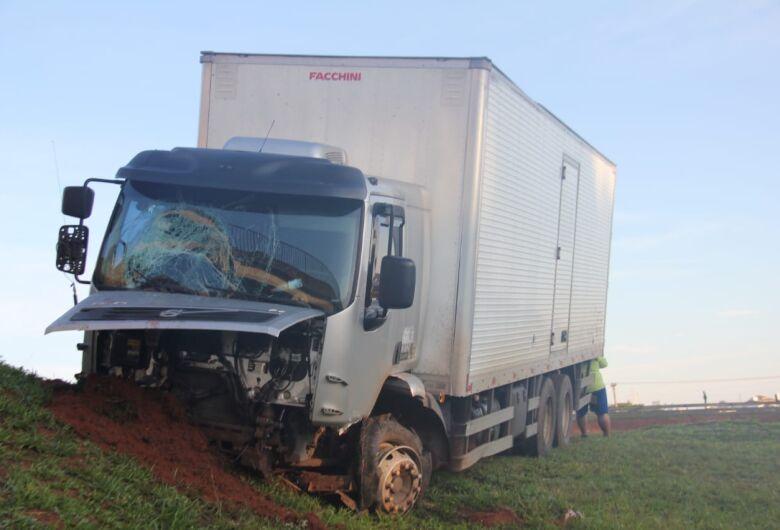 Pneu estoura e caminhão bate em barranco na Washington Luis