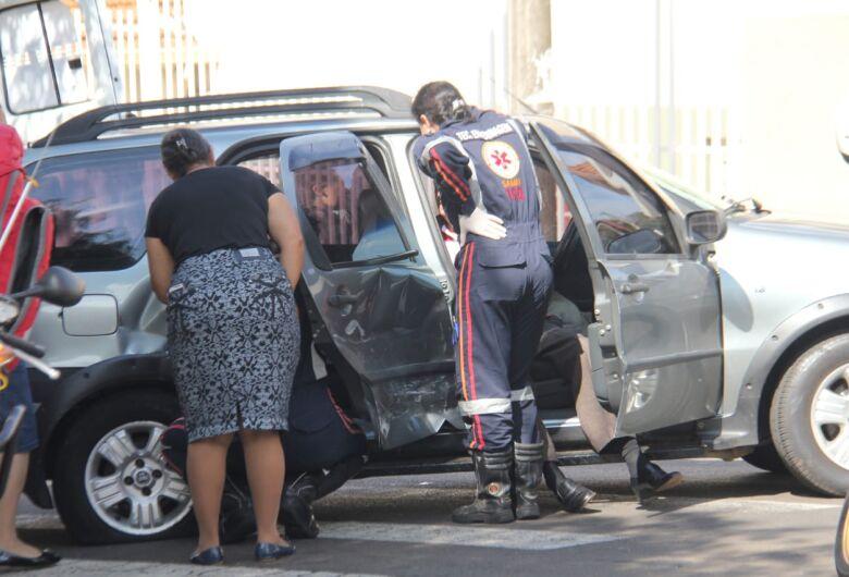 Idosa de 80 anos fica ferida após colisão no centro
