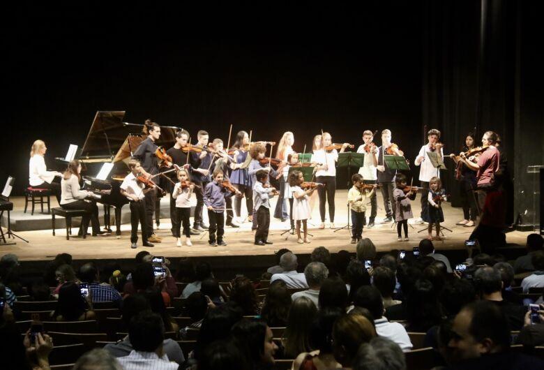 Recital Beneficente lotou Teatro Municipal e arrecadou centenas de produtos