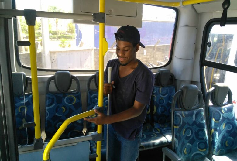 Suzantur São Carlos recebe alunos do Espaço Braille para reconhecimento tátil de seus ônibus