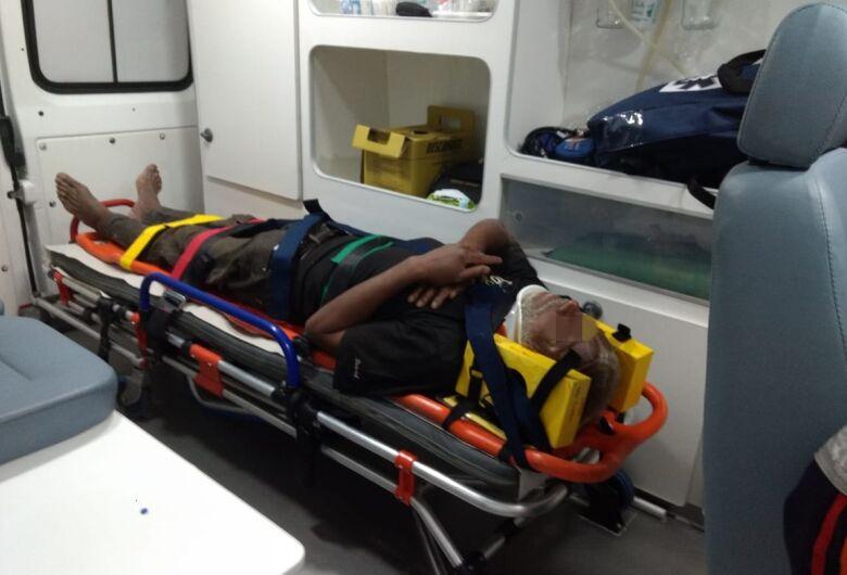 Após atropelar morador de rua, motociclista foge sem prestar socorro