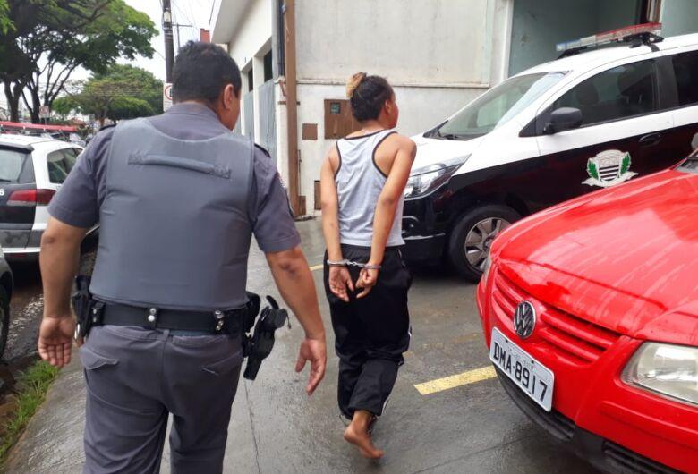 Mulher é detida após tentar roubar loja no Aracy 2