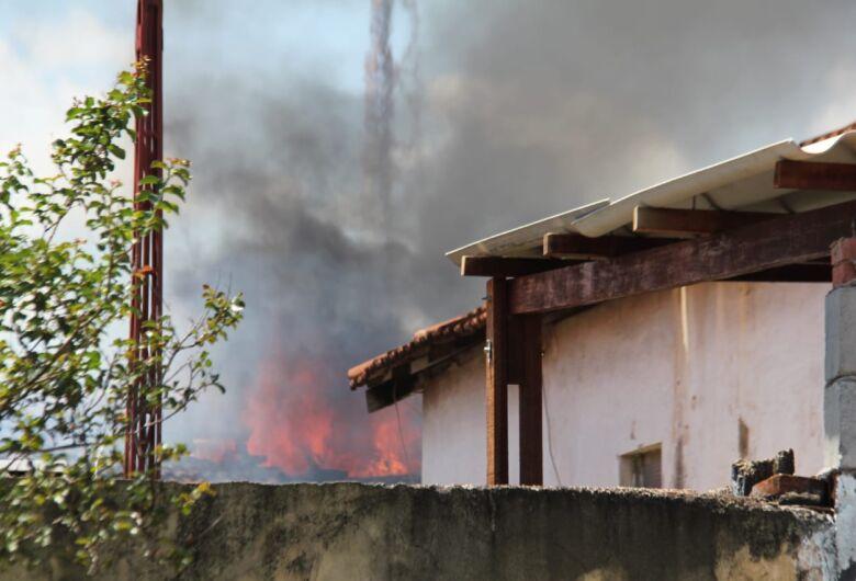 Mulher é acusada de atear fogo em edícula no Ricetti