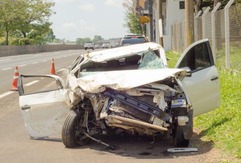 Motorista perde controle e carro colide em caminhão na WL