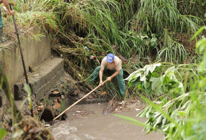 Funcionários municipais se arriscam para desobstruir tubulação