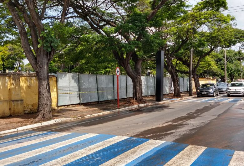 Prefeitura instala tapumes para cobrir parte do muro que desabou no cemitério