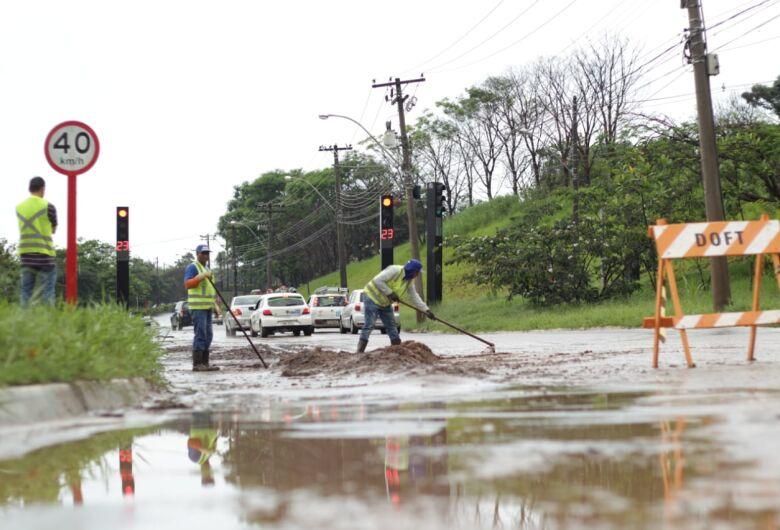 Chuva forte causa alagamento na rotatória do Cristo