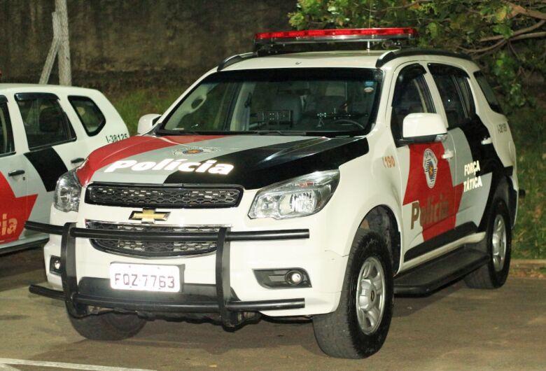 Ladrão armado rouba carro e celular de casal