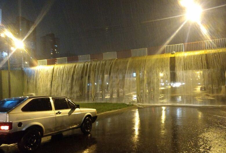 Chuva transforma pontilhão em cascata; veja vídeo