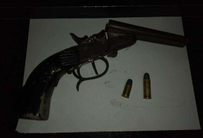 Após agredir mulher, homem é detido com arma de fogo no Aracy