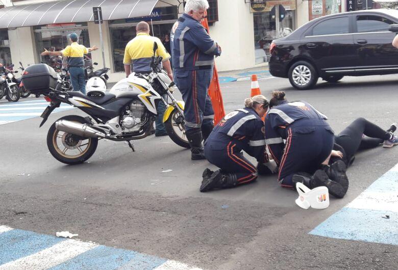 Motorista avança sinal de pare e causa acidente no Centro