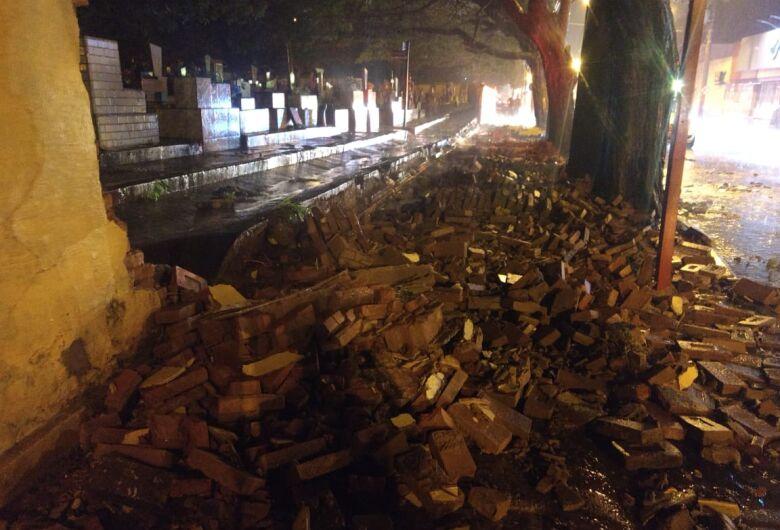 Forte chuva derruba muro do Cemitério Nossa Senhora do Carmo