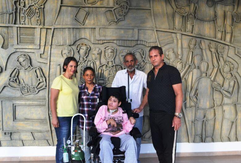Zé Parella entrega cadeiras de rodas para filha de ex-vereador