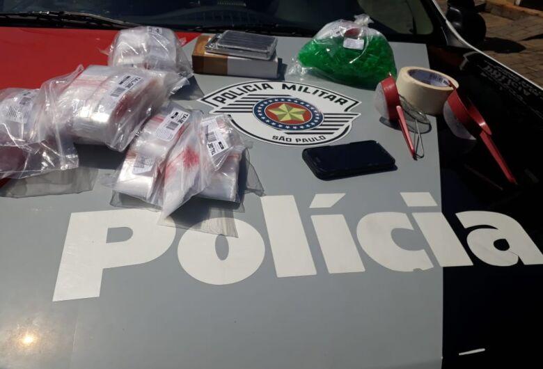 PM apreende materiais utilizados para acondicionar drogas em casa no Aracy