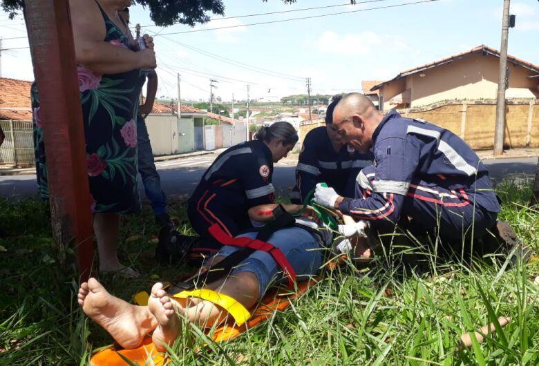 Motociclista sofre queda após passar sofre folhagem molhada em asfalto