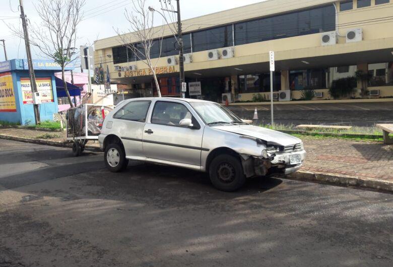 Durante fuga, ladrões colidem carro furtado no Boa Vista