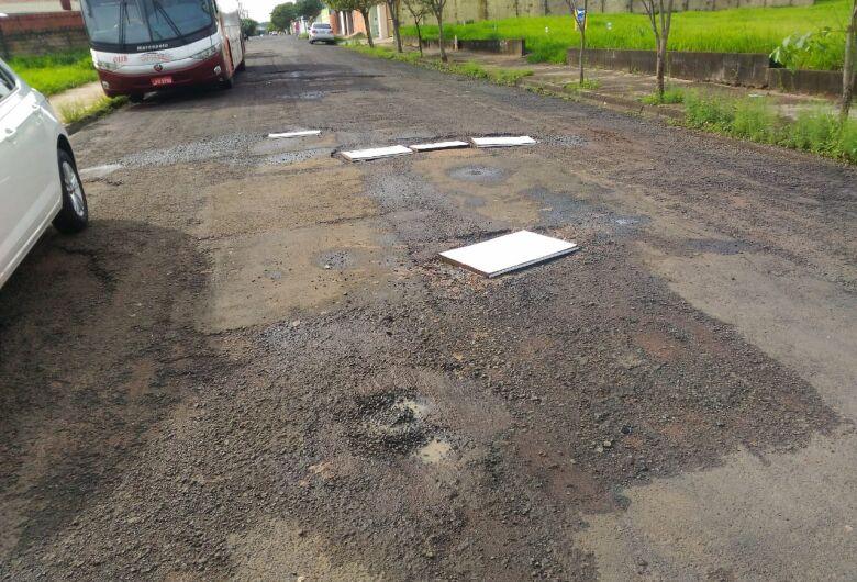 """Buracos """"invadem"""" a rua Peru e moradores estão revoltados"""