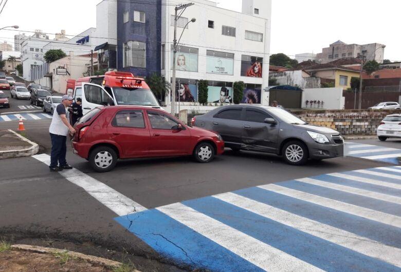 """Motorista avança o """"pare"""" e causa colisão no centro"""