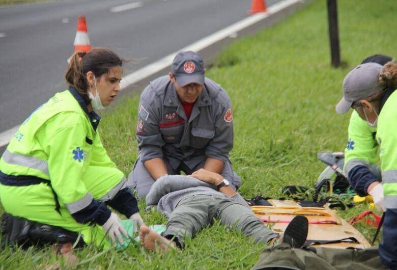 Ao tentar ultrapassagem motociclista sofre queda em frente a Havan