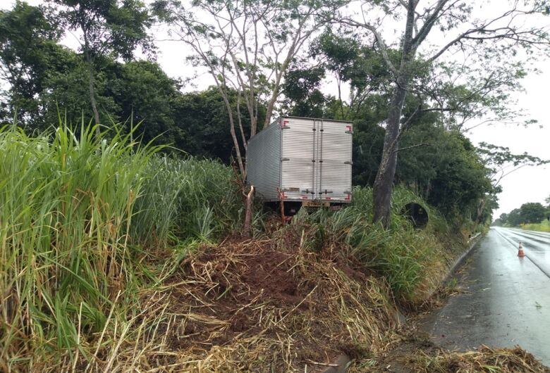Caminhão perde o controle e sai da pista em Ribeirão Bonito