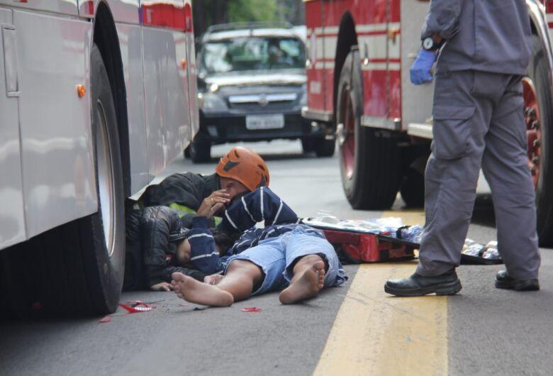 Após colisão traseira, jovem vai parar embaixo de ônibus