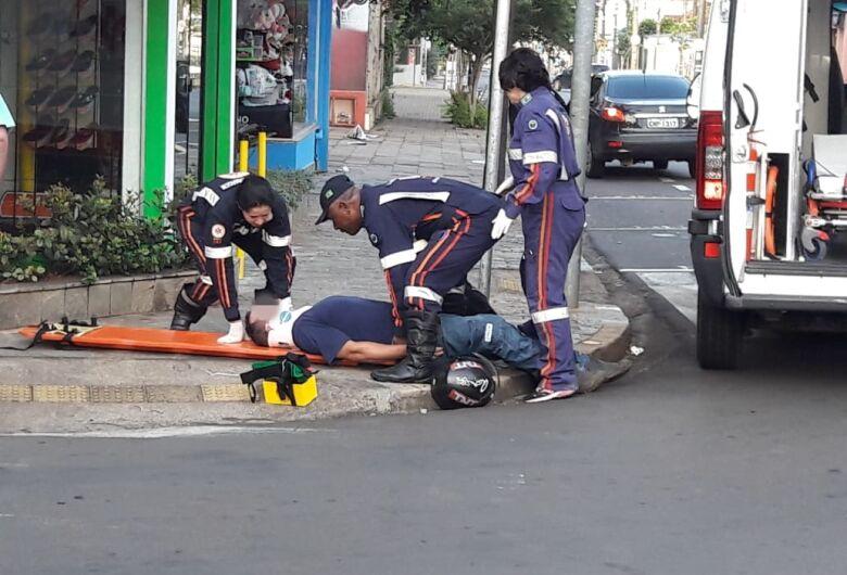 Colisão lateral deixa motociclista ferido