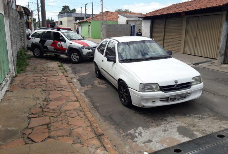 Bandidos assaltam residência e posto de combustíveis; suspeito é preso pela PM