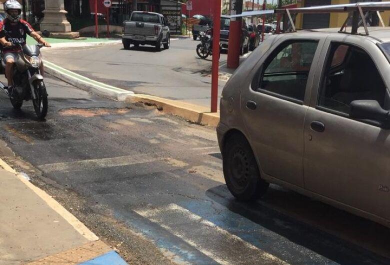 Buraco no asfalto causa queda de três motociclistas