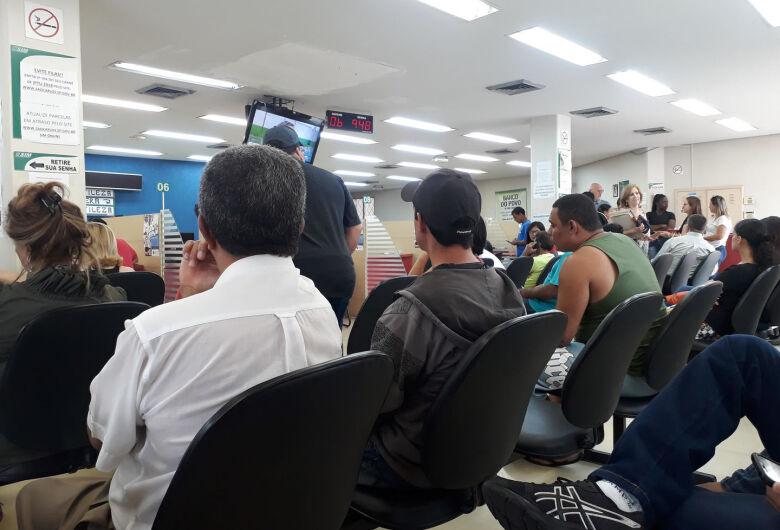 Fila no SIM chega a mais de 6 horas e vereador Dimitri diz que falta competência da prefeitura