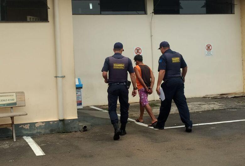 Homem é detido após causar dano em delegacia