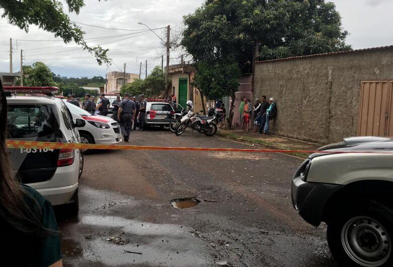 Após roubar carro, jovem morre ao trocar tiros com a PM na região
