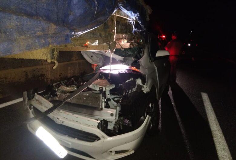 Carro entra embaixo de caminhão na SP-215