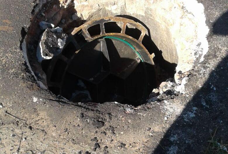 Mesmo com manutenção do Saae, buraco causa medo na Avenida Morumbi