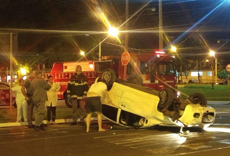 Motorista perde o controle da direção e capota carro na Praça Itália